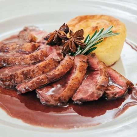Petto d'anatra Barberie con bauletto di patate croccante e salsa al vino e anice stellato