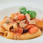 Paccheri con tonno fresco, pomodorini, olive e capperi di Salina