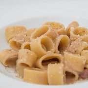 Anelli di Gragnano con fonduta di cipolla rossa, guanciale e pecorino