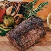 Chateaubriand alla griglia con verdure grigliate e focaccia calda e salsa bernese