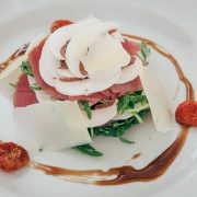 Sashimi di tonno con funghi, parmigiano reggiano salsa al miele e senape
