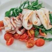 Spiedino di calamari grigliato con pesto di rucola e pomodorini