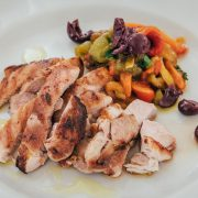 Tagliata di pollo alla Romana con rosmarino con peperoni e olive di Gaeta