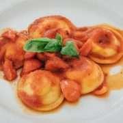Ravioli ripieni con ricotta di bufala, pomodorini e basilico
