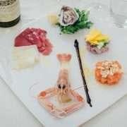 Crudo di mare con ostriche, carpaccio di pescato, tartare e crostacei