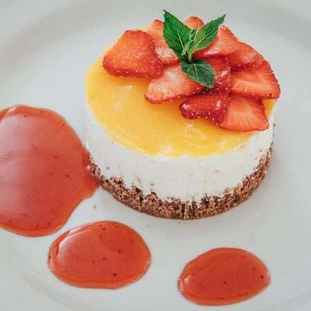 Cheesecake con gelatina di mango e salsa alle fragole