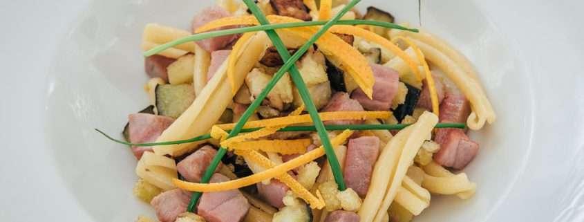 Pasta Casereccia con ricciola, melanzane croccanti e mollica di pane all'arancia