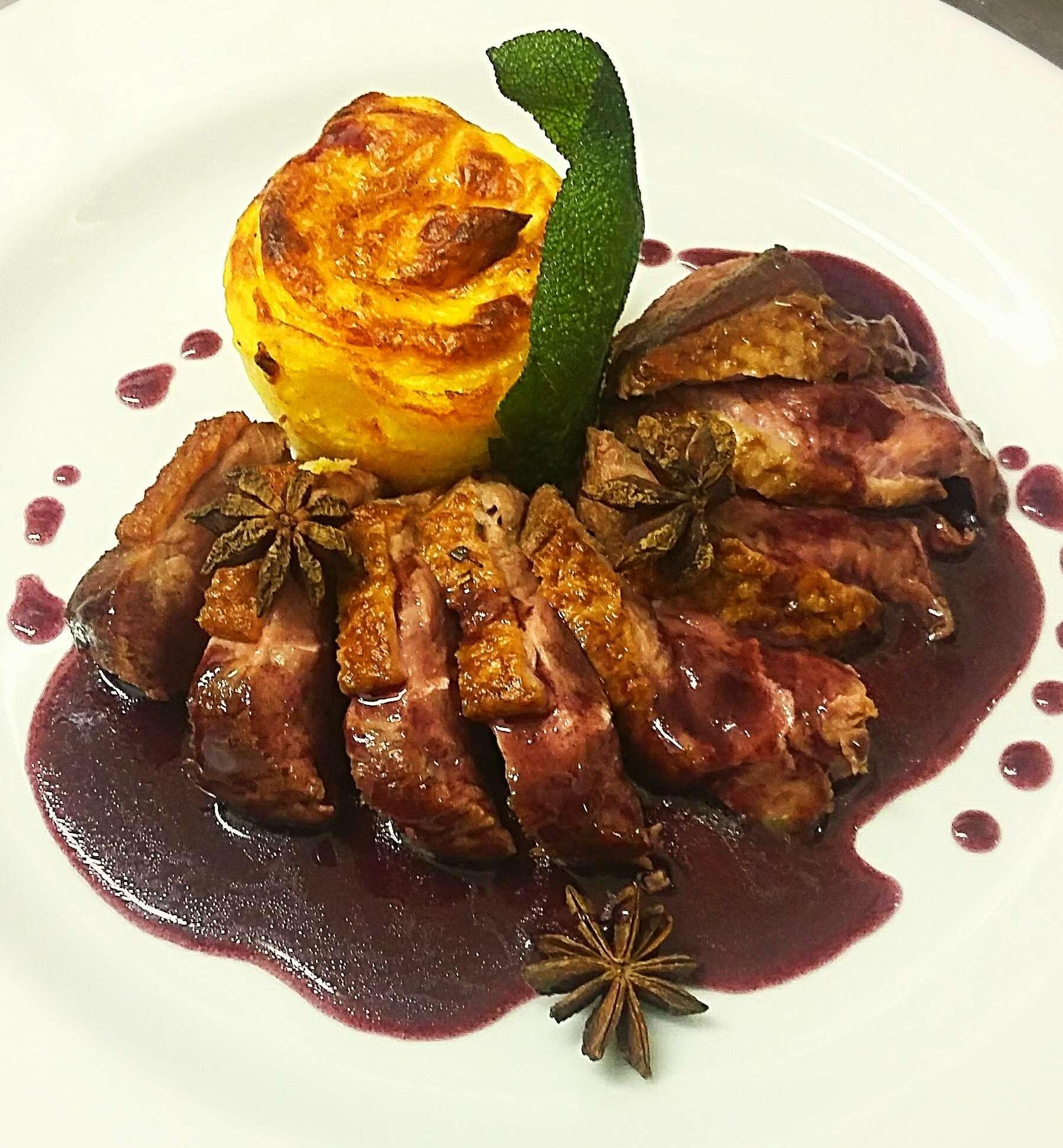 Petto d'anatra barbarie con bauletto di patate e salsa al vino rosso (1)