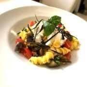 Fusilli all'uovo con pomodori scottati, melanzane e mozzarella di bufala