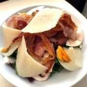 Insalata con pancetta croccante, funghi freschi, uovo e parmigiano